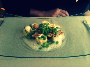 Calamars and pealed peas in oyster espuma